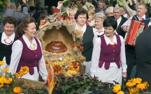 Gmina Czarnego Boru złożyła na ręce mer pięknie ozdobiony kosz, w którego centrum był świeży chleb Fot. Marian Paluszkiewicz