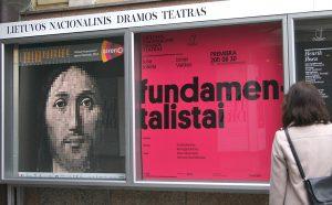 Reklama spektaklu, gdzie na plakacie jest pokazane oblicze Pana Jezusa