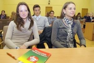 Zebrało się niemało osób, przeważnie uczniowie         Fot. Marian Paluszkiewicz
