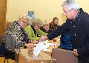 Do urn stawili się ci obywatele, którzy nie będą mogli głosować w dzień wyborów      Fot. Marian Paluszkiewicz