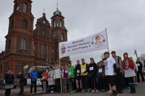 Bieg mini-maratończyków na dystansie 7,2 km rozpoczął się o godz. 11.00 sprzed kościoła w Turgielach. Młodzież modlitwą poprzedziła start Fot. archiwum