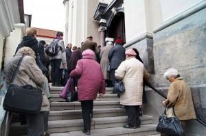 Podczas Opiek wierni nie mieszczą się w kościele Fot. Marian Paluszkiewicz