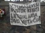 Transparent, grożący europosłowi Waldemarowi Tomaszewskiemu, walczącemu o prawa polskiej mniejszości na Litwie
