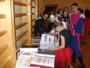 Przed rozpoczęciem uroczystości można było zapoznać się z działalnością  szkoły zebranej w grubych albumach:  setki zdjęć, wrażeń...