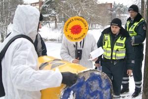 Początkowe podejrzenie policji wywołała beczka z symbolem radioaktywnych odpadów Fot. Marian Paluszkiewicz