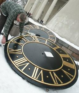 Tarcze zegara zostały wymienione w końcu 2005 roku  Fot. Marian Paluszkiewicz