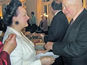 Apolonia Skakowska dzieli się opłatkiem z rektorem Polskiego Uniwersytetu Trzeciego Wieku Ryszardem Kuźmo               Fot. Teresa Markiewicz