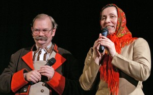 Duet sceniczny znanych i jakże lubianych gawędziarzy: Wincuk (Dominik Kuziniewicz) z Ciotką Franukową (Anna Adamowicz) Fot. Marian Paluszkiewicz