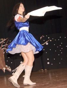 """Karolina Niewierowicz bardzo szybko wszystkich rozweseliła swoim współczesnym tańcem w stylu miks """" Kalinka malinka maja"""" Fot. Marian Paluszkiewicz"""