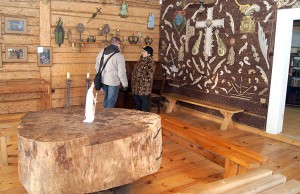 Nie tylko każde pomieszczenie, ale każda ściana i kąt stanowi odrębną ekspozycję zabytków zebranych przez Ojca Stanisława Fot. Marian Paluszkiewicz