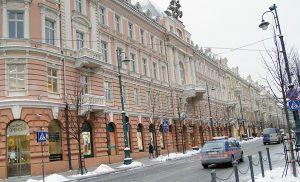 """Po lewej stronie ulicy Mickiewicza, po przejściu ulicy Jagiellońskiej, był hotel """"Georges"""", znany w Wilnie """"Żorż"""" Fot. Marian Paluszkiewicz"""