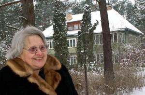 Pani Hanna przed domem rodzinnym     Fot. Marian Paluszkiewicz