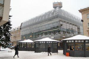 """W uliczce bocznej od ulicy Adama Mickiewicza, w miejscu, gdzie później, za Sowietów, działała restauracja """"Dainava"""", był """"Dworek Szlachecki""""  Fot. Marian Paluszkiewicz"""