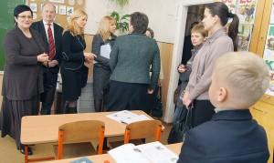 Przedstawiciele władzy zajrzeli też do klas Fot. Marian Paluszkiewicz
