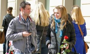 Z okazji Dnia Zakochanych pary składają sobie nawzajem życzenia, planując romantyczny wieczór  Fot. Marian Paluszkiewicz