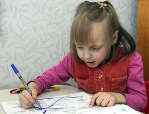 Mała Wikusia lubi malować Fot. Marian Paluszkiewicz