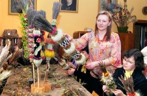 Agata Granicka nie tylko sama wije piękne palmy, ale też uczy tej sztuki innych<br/>Fot. Marian Paluszkiewicz