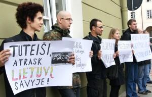 """Litewscy nacjonaliści torpedują manifestacje polskiej mniejszości w obronie polskiego szkolnictwa trzymając plakaty z hasłem """"Tutejszy, odnajdź w sobie Litwina!"""" Fot. Marian Paluszkiewicz"""