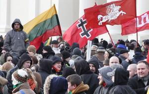 Organizatorzy pochodów środowisk nacjonalistycznych i neonazistowskich odwołują się do symboli patriotycznych, przez co znajdują poparcie nawet wśród najwyższych władz kraju Fot. Marian Paluszkiewicz