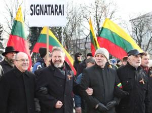 Nielegalny tegoroczny marsz środowisk nacjonalistycznych asekurowali sygnatariusze Aktu Niepodległości i posłowie na Sejm Fot. Marian Paluszkiewicz