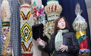 Każda śliczna, tradycyjna wałeczkowa (ukazuje na nią Janina Norkūnienė), oraz stojące obok. Pierwsza z prawej, (dwumetrowa, jeszcze w opakowaniu) podarowana została papieżowi Franciszkowi Fot. Marian Paluszkiewicz