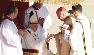 Pierścień Rybaka obok paliusza jest symbolem władzy papieskiej Fot. ELTA