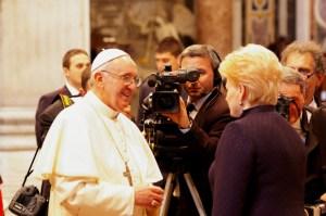 Papież serdecznie witał się z tłumem Fot. ELTA