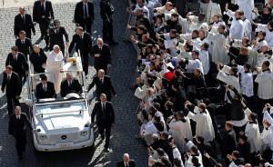 Przed inauguracją papież Franciszek pozdrawiał wiernych na Placu św. Piotra Fot. ELTA