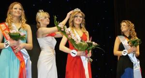 """Głowę królowej wieczoru Alicji Dowejkis upiększyła korona ufundowana przez spółkę """"Jubilex Baltija""""  Fot. Marian Paluszkiewicz"""