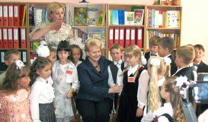 """Prezydent w czasie swej wizyty w Gimnazjum im. J. Śniadeckiego w Solecznikach w 2009 roku zapewniała: """"musimy dbać o dobro mniejszości narodowych""""  Fot. archiwum"""