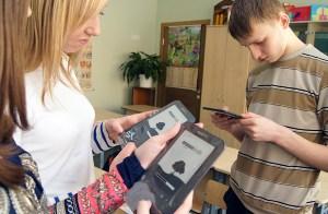 Dziesiątacy badają możliwości czytników Fot. Marian Paluszkiewicz