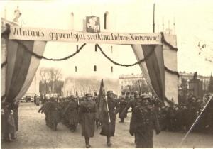 Naprzeciwko ówczesnej ulicy Mickiewicza (obecnie al. Giedymina) ustawiono bramę owinięta dębowymi liśćmi Fot. archiwum
