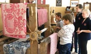 W szkolnym muzeum spore miejsce zajmuje dział etnograficzny Marian Paluszkiewicz