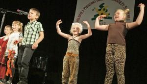 Miło było posłuchać śpiewających dzieci, które całą swoją energię włożyły w ten występ Fot. Marian Paluszkiewicz