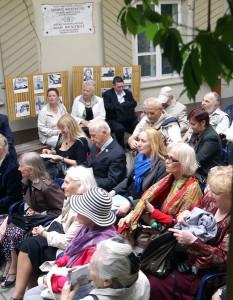Na przytulnym cienistym dziedzińcu odbyło się Przedpołudnie Jednego Wiersza                  Fot. Marian  Paluszkiewicz