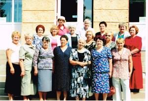 Pamiątkowe zdjęcie na tle szkoły po 50 latach      Fot. archiwum