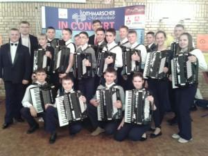 """Orkiestra koncertowała w szkole średniej miasta Albersdorf i na festiwalu szkół muzycznych w mieście Meldorf """"Dithmarscherski Festyn Szkół  Muzycznych – 2013"""", w którym uczestniczyło  11 zespołów."""