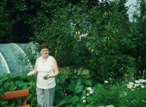 Działkę mają w Wilejce już ponad 40 lat. Pani Grażyna uwielbia kwiaty Fot. z albumu rodzinnego