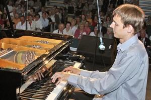 Występ młodego, utalentowanego pianisty Krzysztofa Markiewicza wzbudził zachwyt i aplauz publiczności Fot. Marian Paluszkiewicz