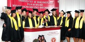 W tym roku mury uczelni filii UwB w Wilnie opuściło 66 absolwentów Fot. Marian Paluszkiewicz