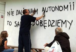"""Na ścianie budynku w okolicach stadionu na Lipówce pojawił się napis """"Nie daliście nam autonomii, to sami ją zdobędziemy"""" Fot. Marian Paluszkiewicz"""