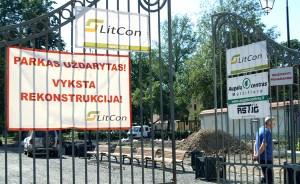 """Napis na bramie: """"Park nieczynny. Trwa rekonstrukcja"""" widnieje od ponad roku Fot. Marian Paluszkiewicz"""