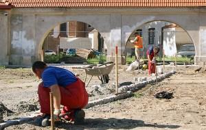 Na dzień dzisiejszy w ogrodzie pracuje około 50 robotników Fot. Marian Paluszkiewicz