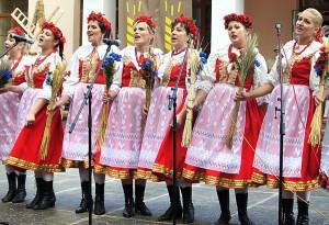 """Na scenie też wiele się działo — tańczył i śpiewał zespół """"Jawor"""" Fot. Marian Paluszkiewicz"""