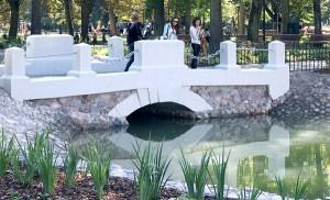Stawy, stawiki, brodziki i romantyczne mostki – to bogactwo tej oazy Fot. Marian Paluszkiewicz