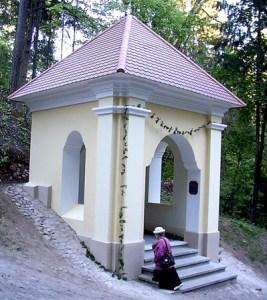 Nie ma to jak wyciszyć się przy kapliczce Fot. Marian Paluszkiewicz