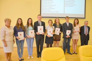 Najlepsi absolwenci rejonu wileńskiego zostali nagrodzeni upominkami i listami  uznania