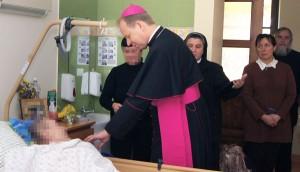 Arcybiskup odwiedza chorych Fot. Marian Paluszkiewicz