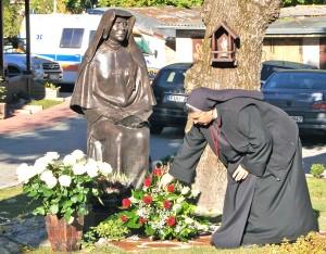 Pomnik św. Faustyny tonie w kwiatach Fot. Marian Paluszkiewicz