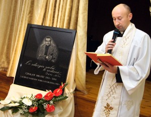 Poświęcił tablicę ks. Paweł Palul Fot. Marian Paluszkiewicz